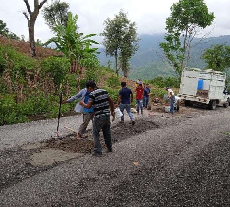 Se da inicio al bacheo del tramo carretero Tehuetlan-Huazalingo y Tochintlan-Huazalingo